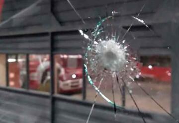 Atacaron a un móvil de Bomberos y un efectivo resultó lesionado
