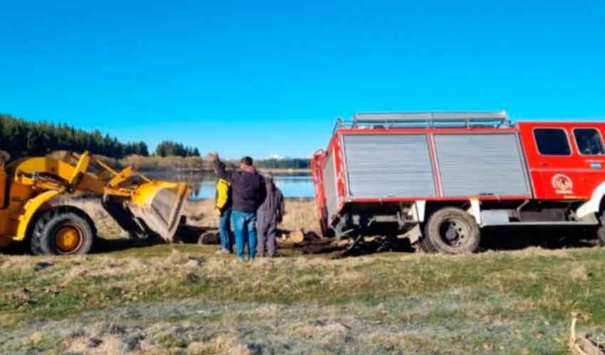 Un camión de Bomberos Voluntarios de Esquel quedó encajado