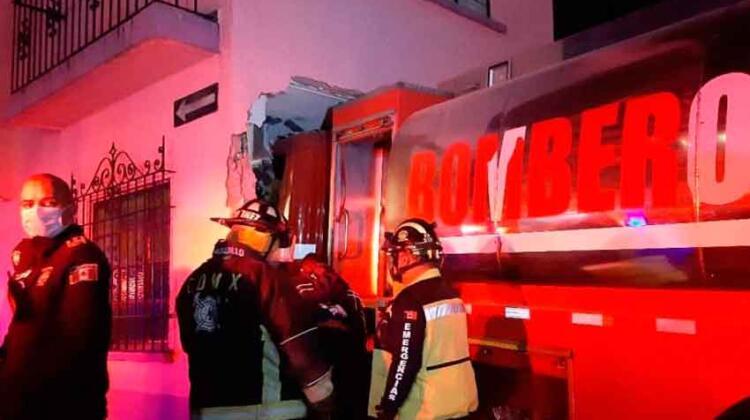 Carro de bomberos se mete a casa en Constituyentes tras chocar contra tráiler