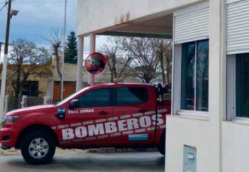 Bomberos de Tres Lomas realizó la instalación de una nueva antena