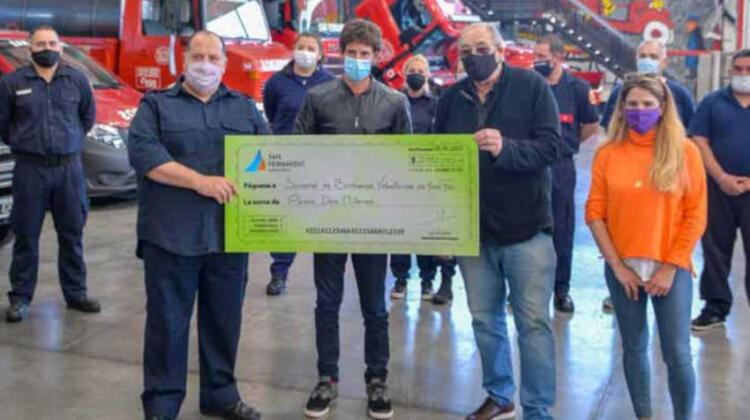 Entregan un subsidio a Bomberos para adquirir una lancha para combatir incendios