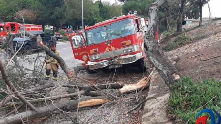 Unidad de bomberos se sale del camino tras quedarse sin frenos