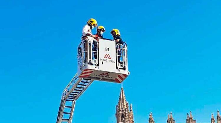 Bomberos reciben una autoescala que alcanza los 32 metros de altura